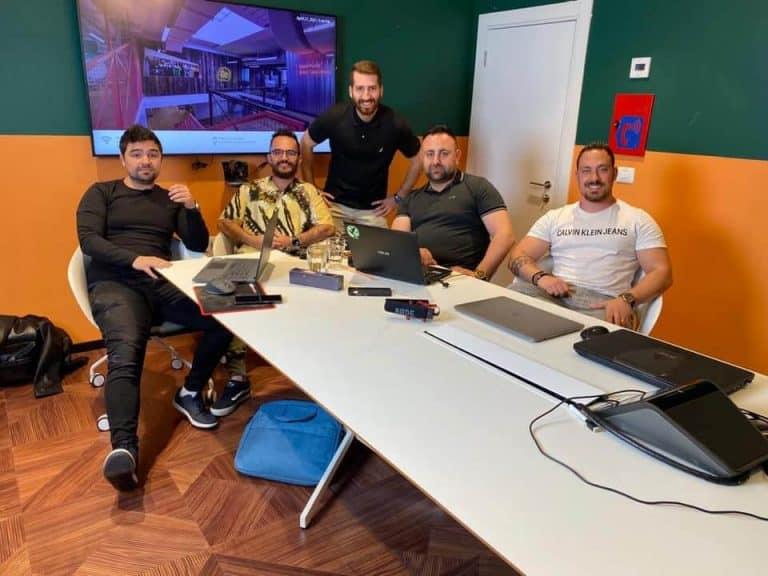 בסרטון משמאל לימין: דניאל שרף, ליאב אזרן, אדי זיו, עוזי שבת, לירון קטלן (הבעלים של סוכנות ניהול מוניטין