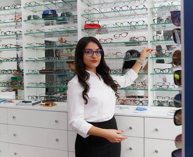 ניהול מוניטין חנויות משקפיים